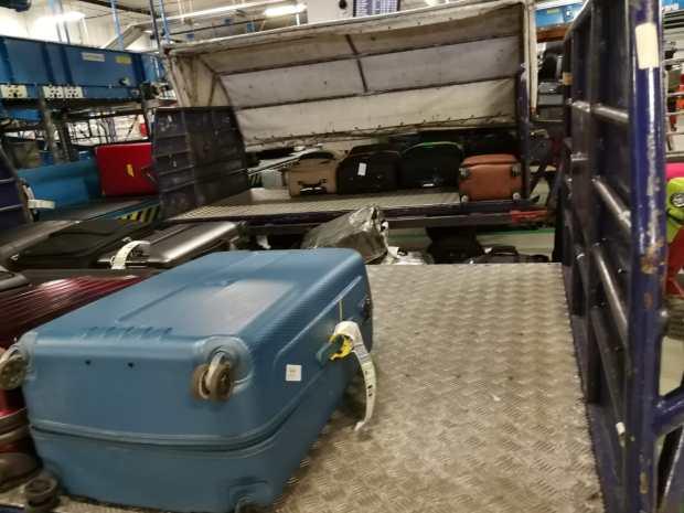 Budapest Airport a XXI. században. Kocsi kocsi hátán, köztük földre téve a máshová induló csomagok. Lépni sem nagyon lehet olykor.